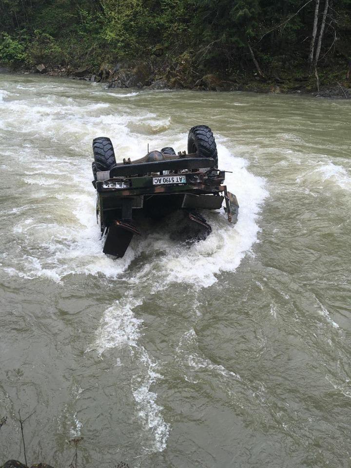 На Івано-Франківщині авто з туристами впало у річку з висоти 40 метрів: троє людей загинули