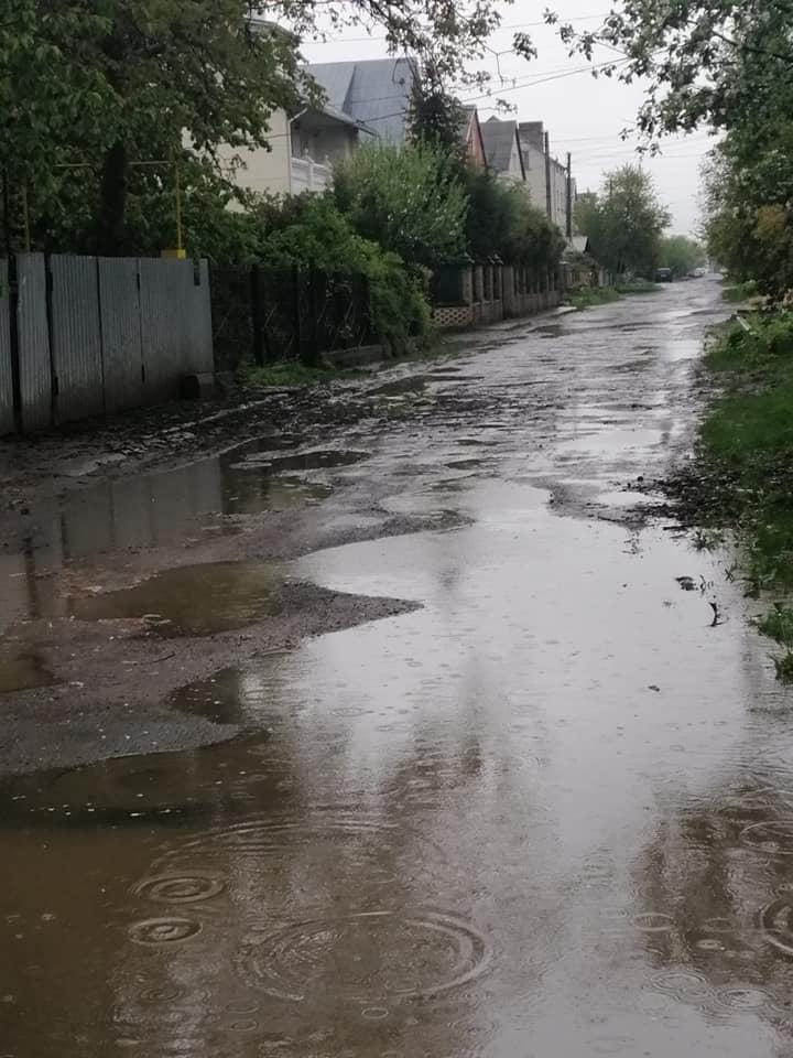 У Луцьку вулиця перетворюється у дощ на непрохідні калюжі