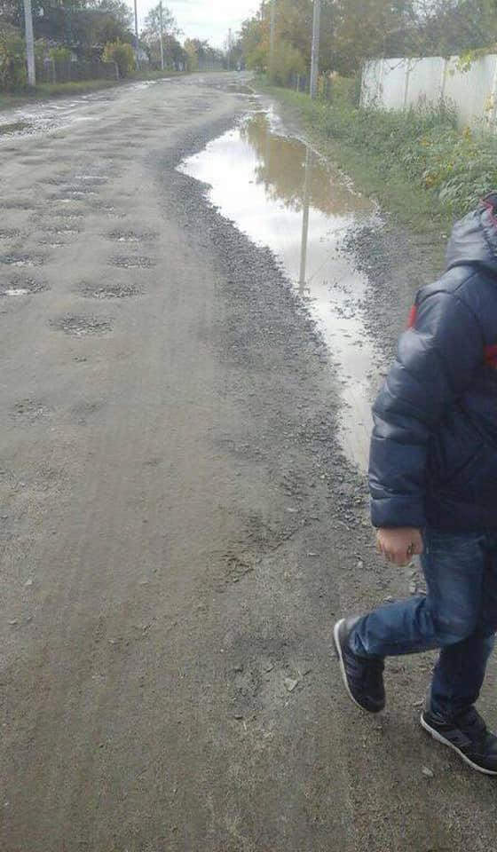 На Волині школярі і дошкільнята змушені ходити три кілометри пішки по багнюці на навчання