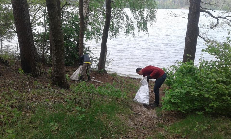 На Волині небайдужі звільнили від сміття озеро. ФОТО
