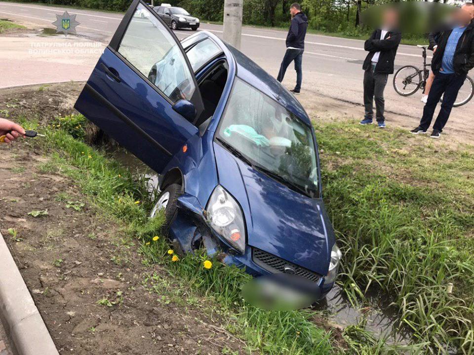 Біля Луцька авто злетіло у кювет, аби уникнути зіткнення із ВАЗом. ВІДЕО