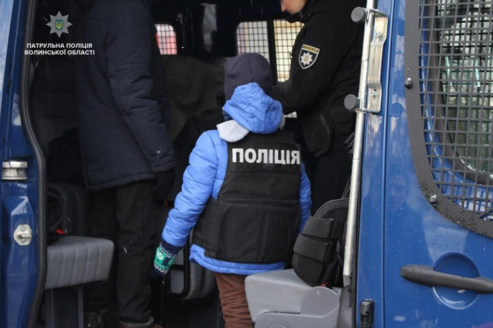Патрульні просять волинян возити дітей у автокріслах