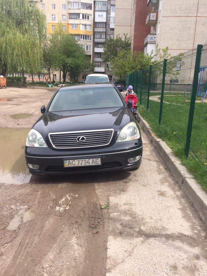 У Луцьку водій припаркувався на пішохідній доріжці, загородивши прохід
