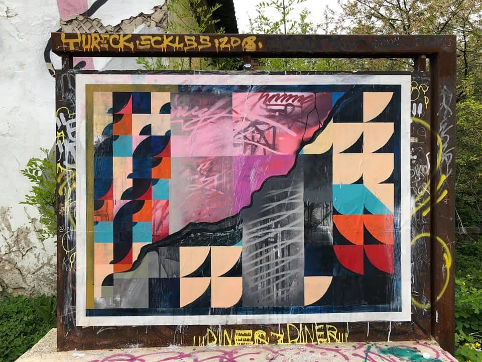 На дошці у Старому місті Луцька з'явилося абстрактне панно. ФОТО
