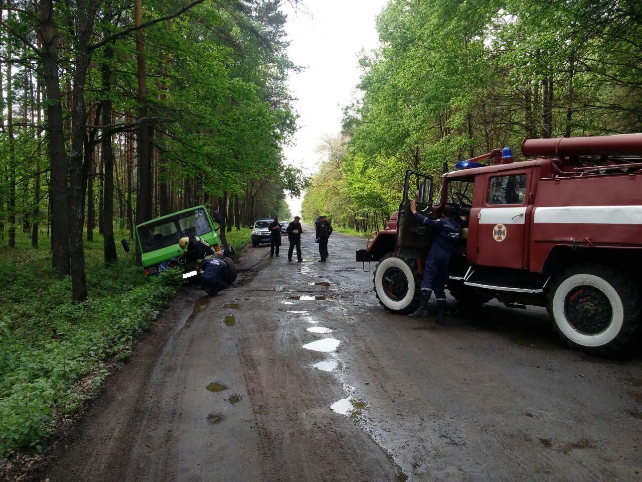 На Волині рятувальники витягли автомобіль з кювету. ФОТО