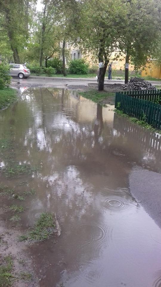 У Ковелі дощова вода затоплює під'їзди