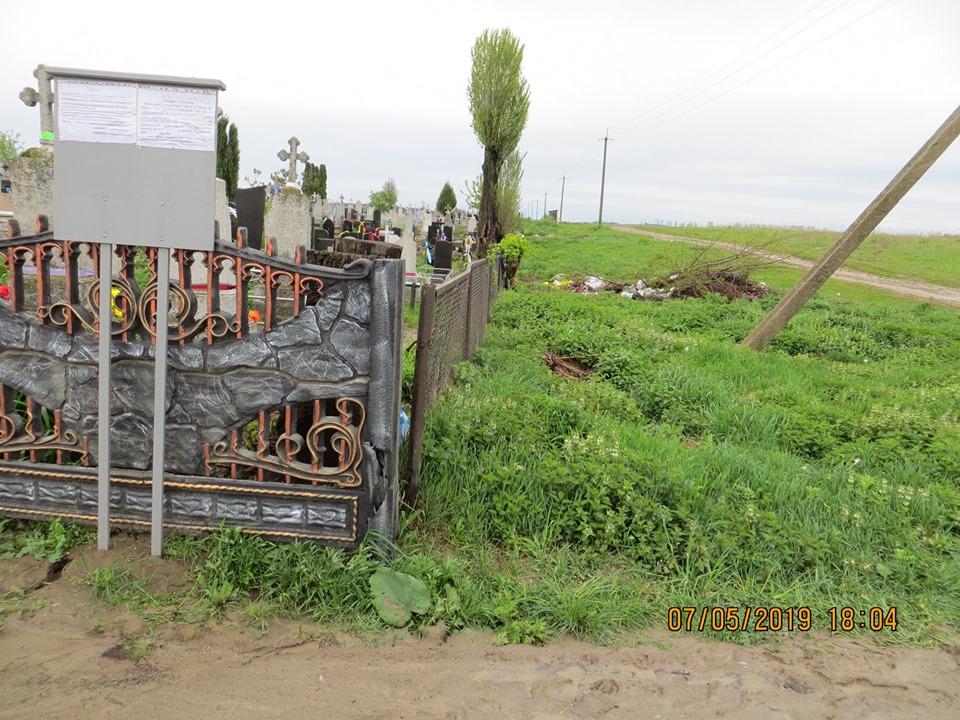 Поблизу Луцька водій «Жигулів» пошкодив огорожу на кладовищі і втік. ФОТО