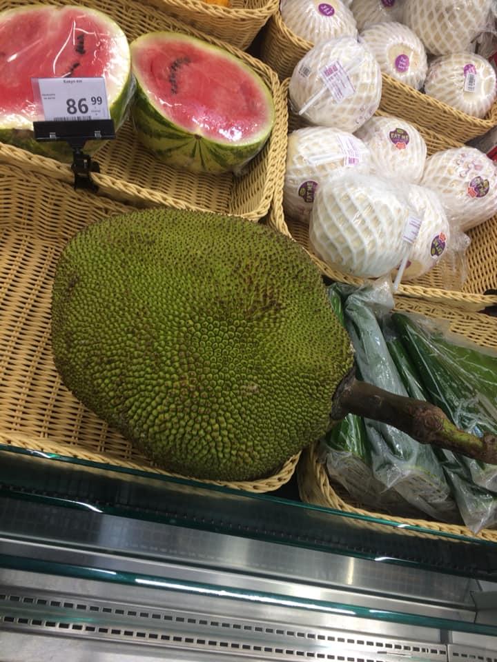 У луцький супермаркет завезли джекфрути по 4,5 тисячі гривень за штуку. ФОТО