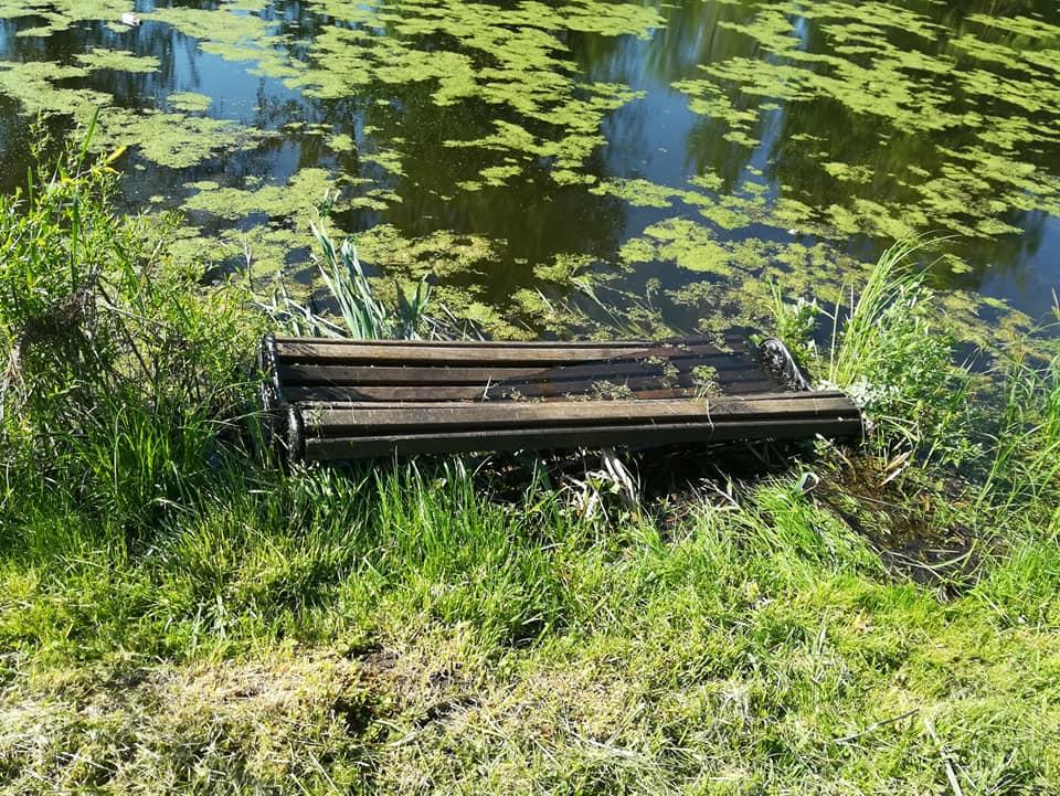 У луцькому парку вандали викинули лавку в канал. ФОТО