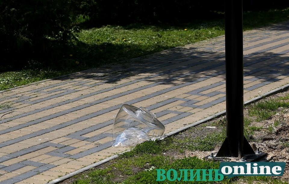 У Луцьку вандали знищили нещодавно встановлений ліхтар у парку