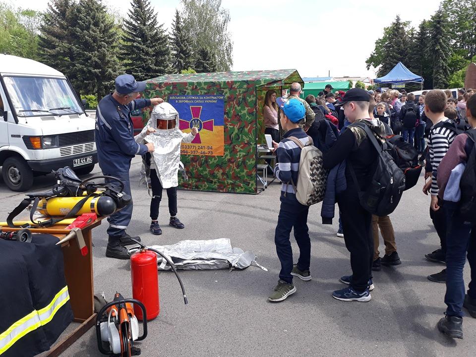 На Волині рятувальники розповіли школярам про свою професію. ФОТО