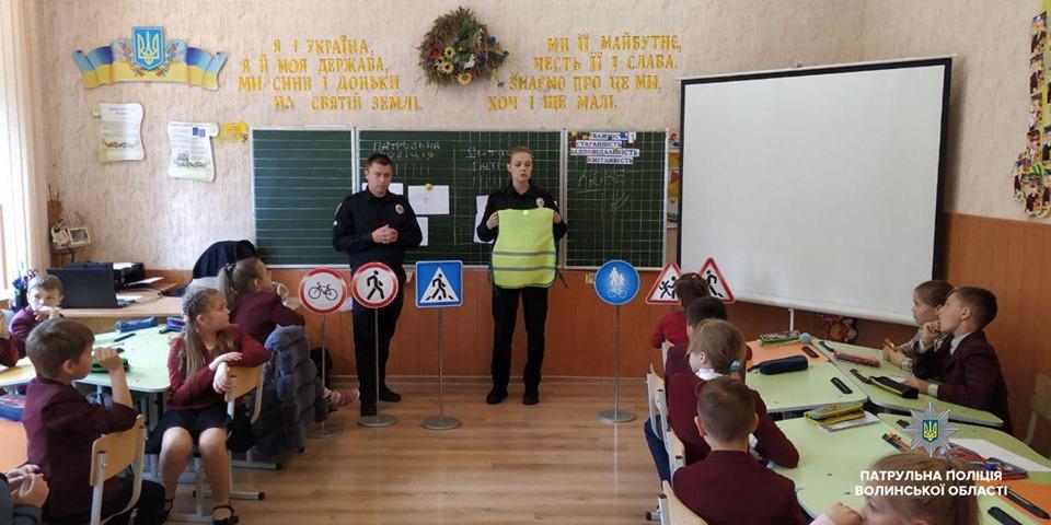 У Луцькій школі провели навчання щодо безпечної поведінки на дорозі. ФОТО