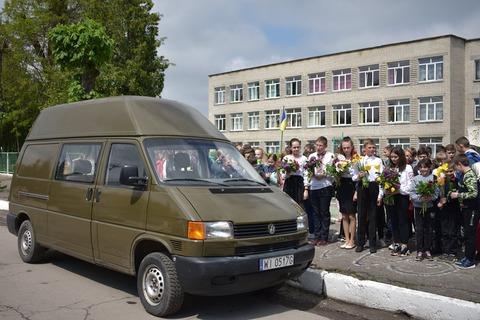 На Волині школярі разом з волонтерами передали автомобіль військовим. ФОТО