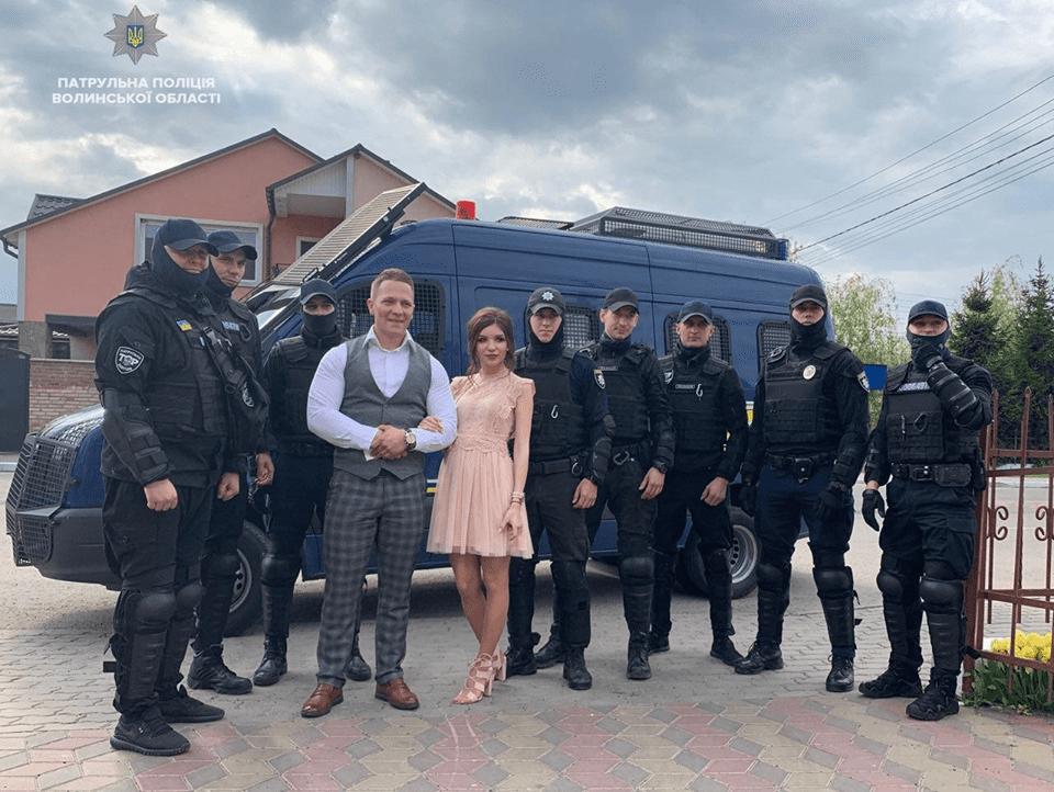 У Луцьку патрульні оригінально привітали командира з одруженням