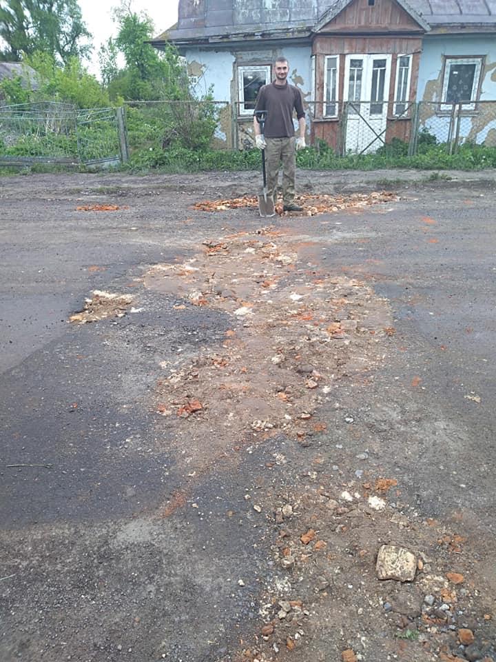 Показали, як у місті на Волині мешканці самотужки замощують ями на дорозі