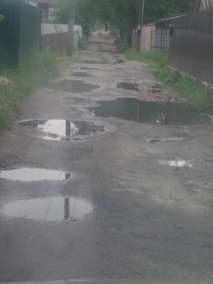 У місті на Волині після дощу вулиця перетворилась на калюжу