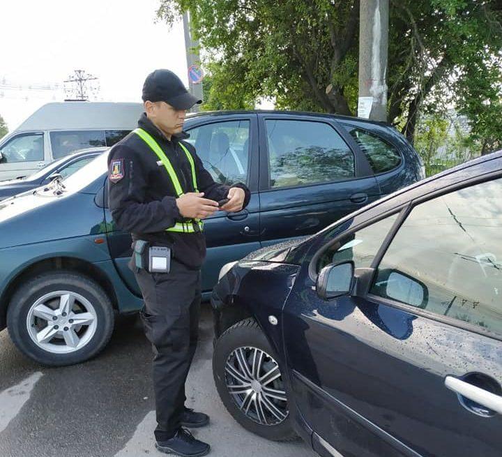 У Луцьку інспектори з паркування штрафуватимуть водіїв біля авторинку. ФОТО
