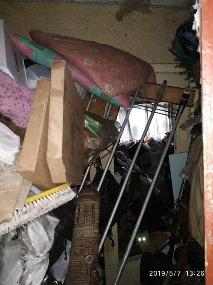 Лучанка перетворила свою квартиру на сміттєзвалище. ФОТО