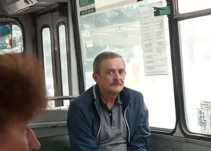 У луцькому тролейбусі на очах у матері невідомий забрав у дитини телефон і побив