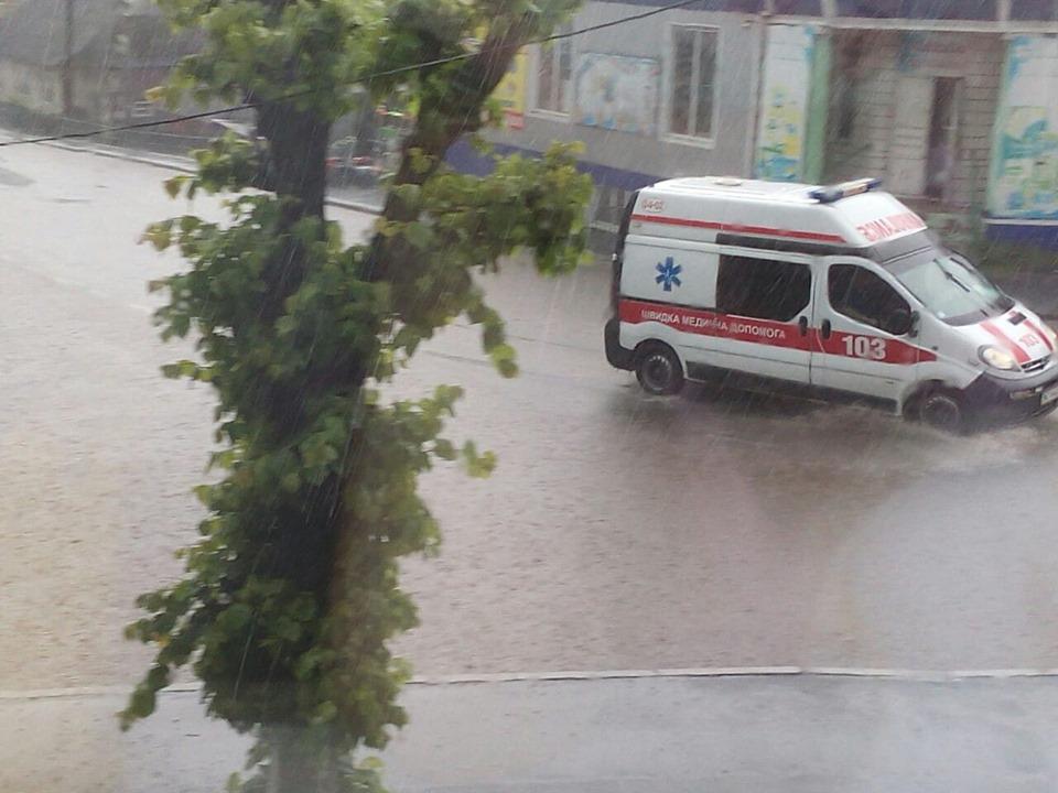 Сильний дощ затопив вулиці Горохова
