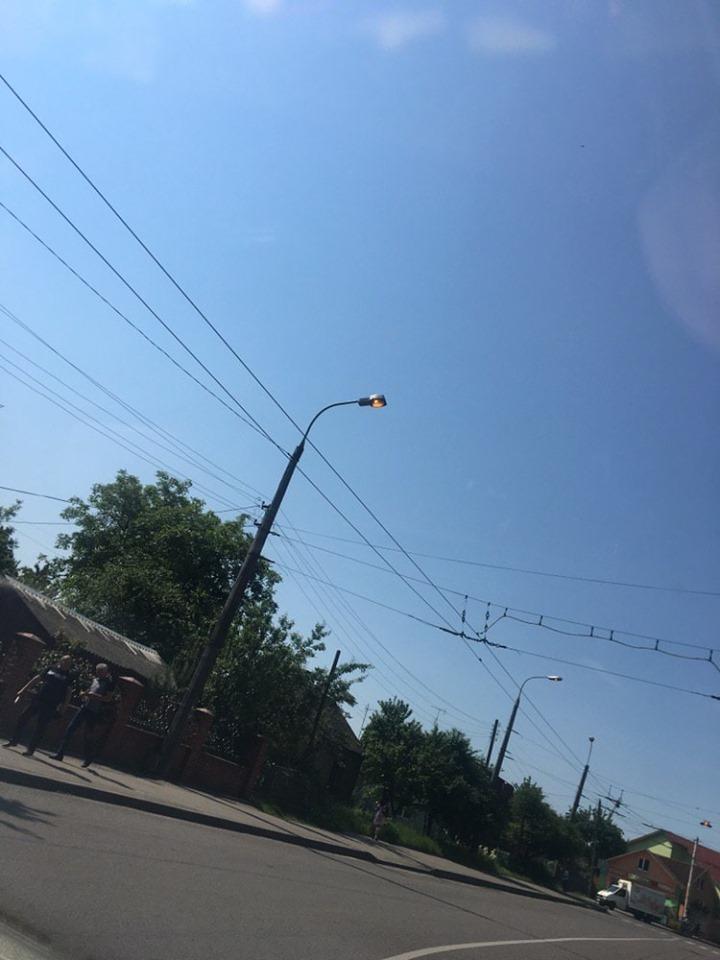 В одному з мікрорайонів Луцька вдень працюють ліхтарі. ФОТО. ВІДЕО