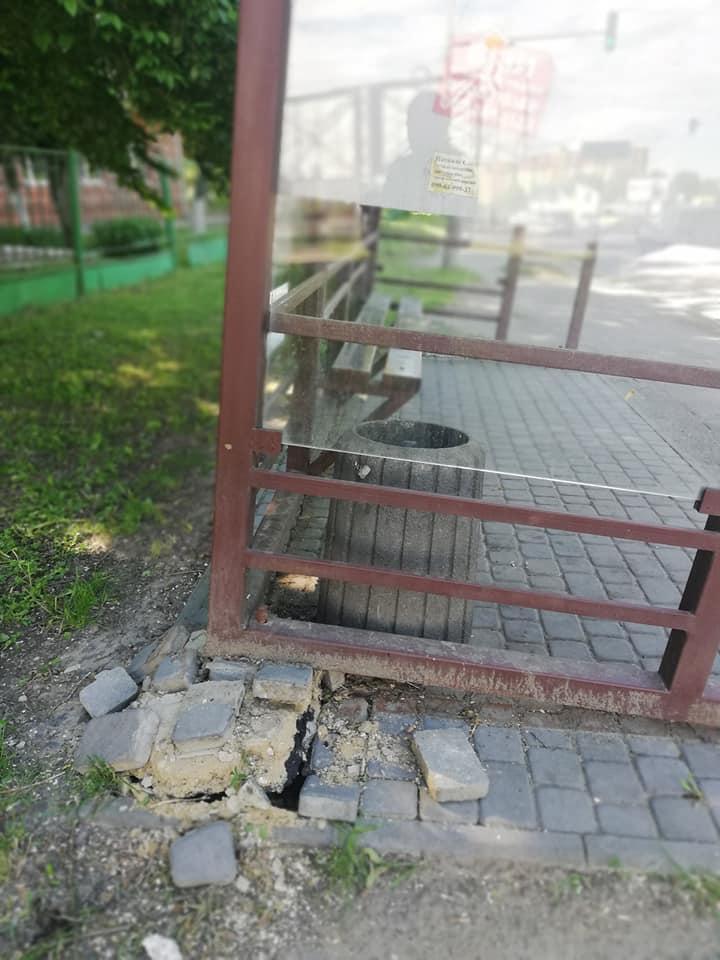 Лучани скаржаться на жахливий стан зупинки біля лікарні. ФОТО