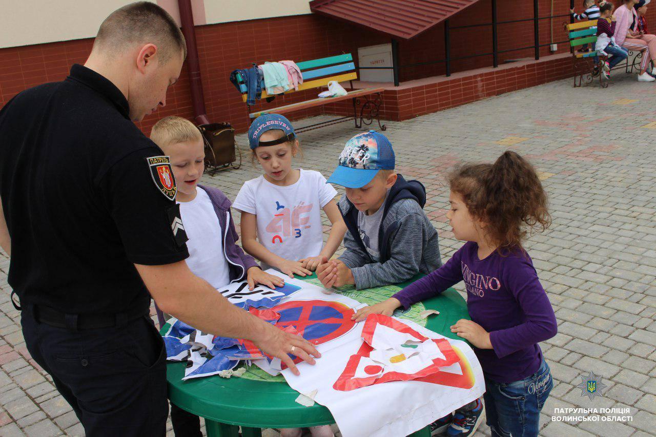 У Луцьку патрульні організували квести у пришкільних таборах. ФОТО