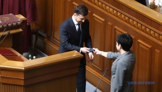 Посвідчення Президента України впало на підлогу після вручення Зеленському. ВІДЕО