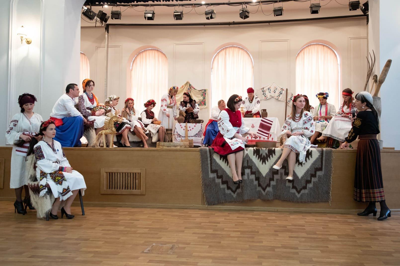 До Всесвітнього дня вишиванки рятувальники відтворили побут української сім'ї минулих літ. ФОТО