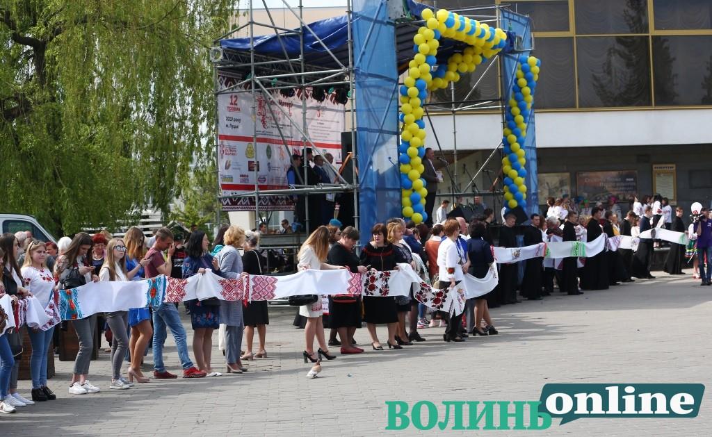 День матері у Луцьку: хода вишитих рушників і встановлення рекорду