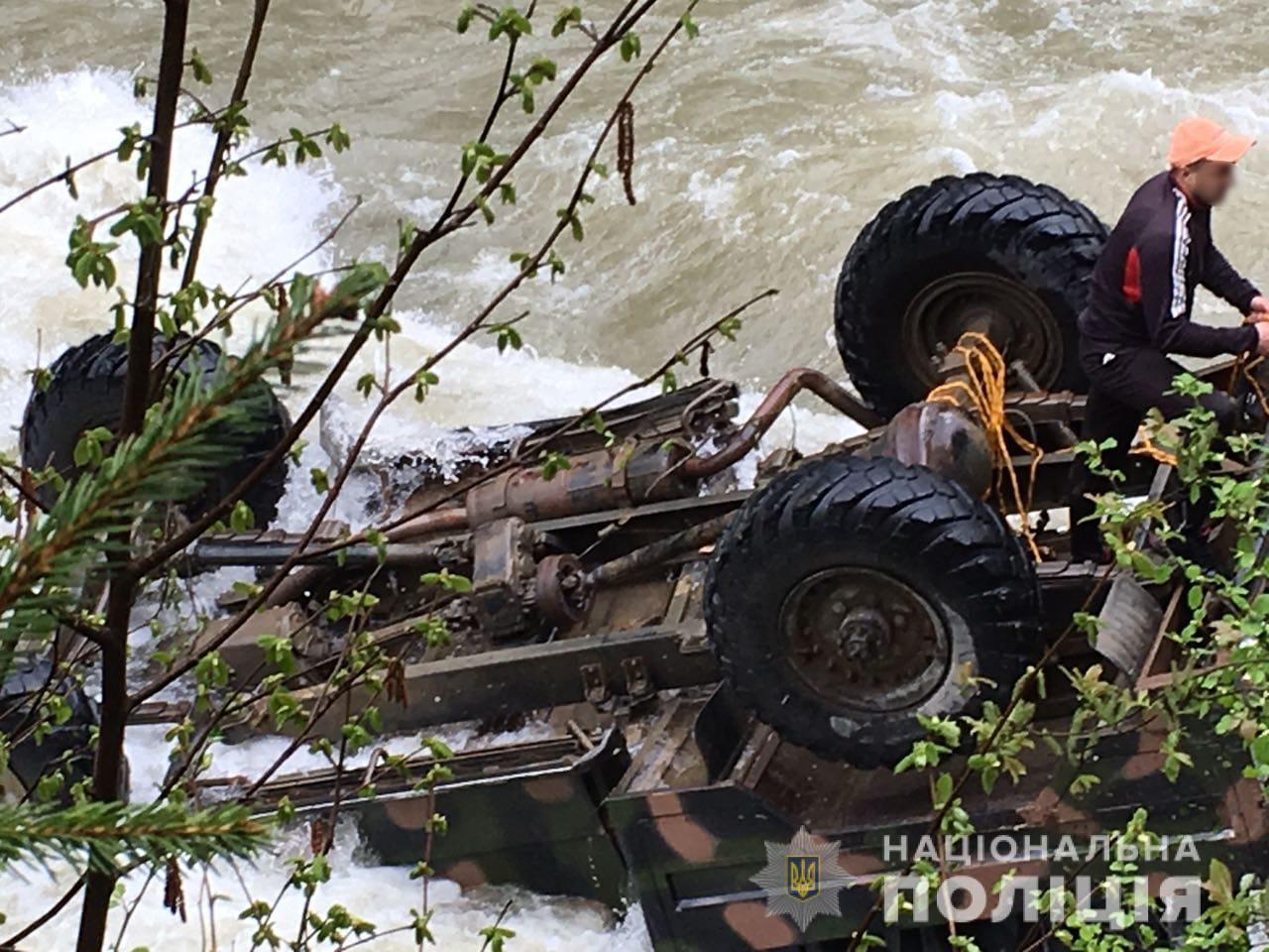 Водій вантажівки з туристами, що зірвалась у річку на Прикарпатті, був напідпитку. ФОТО