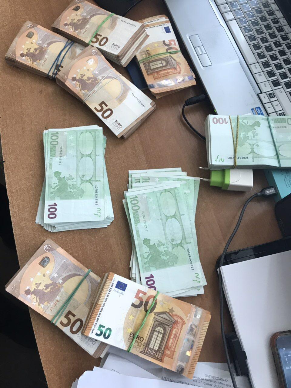 На Волині митники виявили «зайву» валюту у водіїв рейсового автобуса