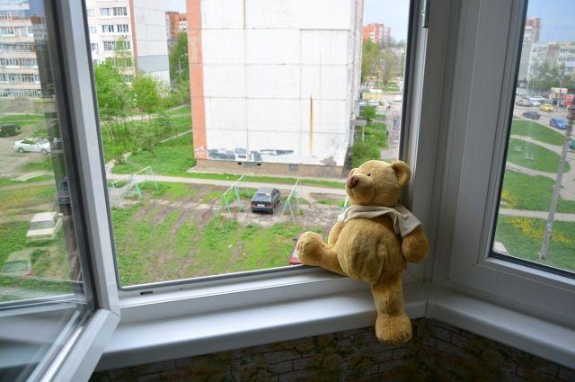 У Луцьку дитина ходила по підвіконню багатоповерхівки. ФОТО