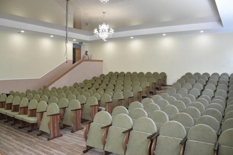 У луцькій школі повністю реконструювали актову залу. ФОТО