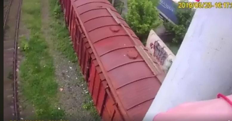 У Луцьку патрульні запобігли самогубству: чоловік стояв на опорі моста і хотів уже стрибати. ВІДЕО