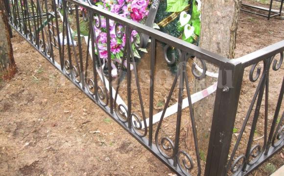 На Волині група чоловіків вкрала огорожу з кладовища