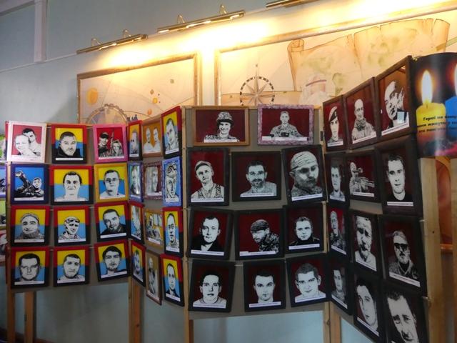 У Луцьку військовий зобразив на склі портрети своїх побратимів. ФОТО
