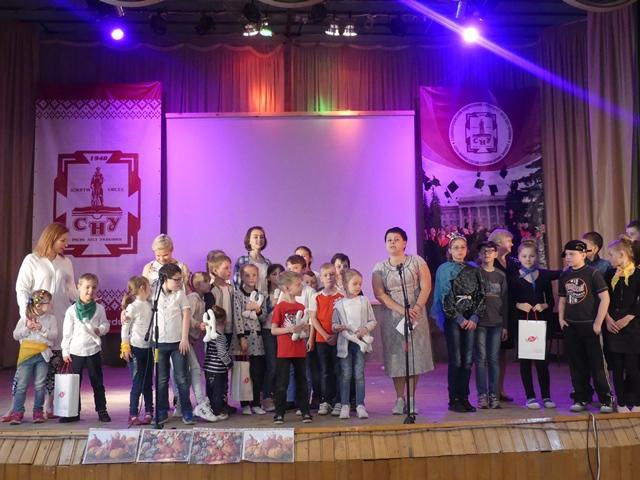 «Сонячні діти» завітали з концертом до Лесиного вишу. ФОТО