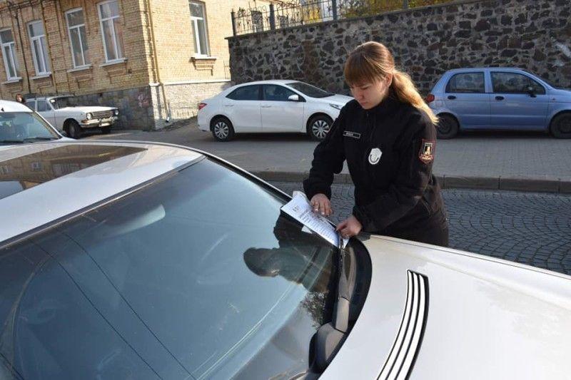 У Луцьку інспектори з паркування покарали понад 450 порушників