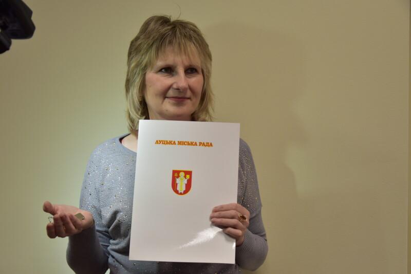 Медсестра з Луцька, яка перебувала в зоні АТО, отримала ключі від нової квартири. ФОТО