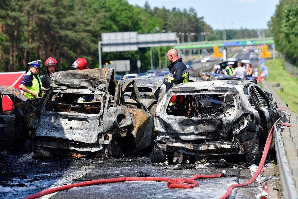 У Польщі зіткнулися і загорілися сім автомобілів, є загиблі. ФОТО. ВІДЕО