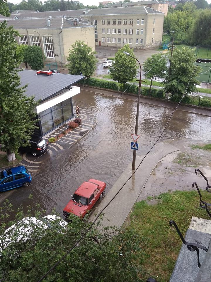 У Луцьку через грозу затопило декілька вулиць