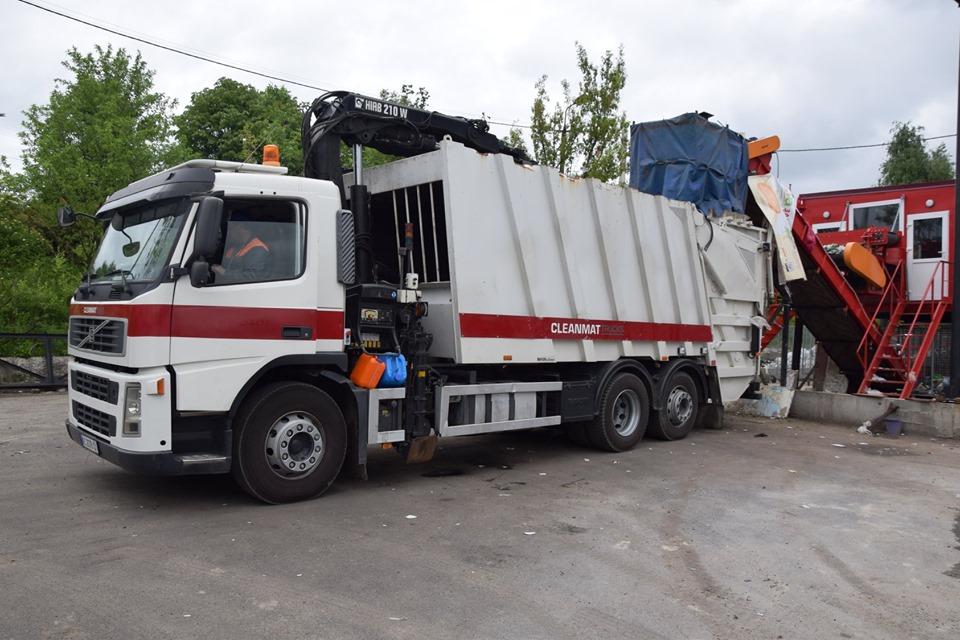 У Луцьку придбали перший сміттєвоз для обслуговування підземних сміттєвих контейнерів