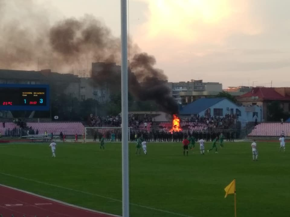 У Луцьку фанати зі Львова влаштували вогнище на стадіоні
