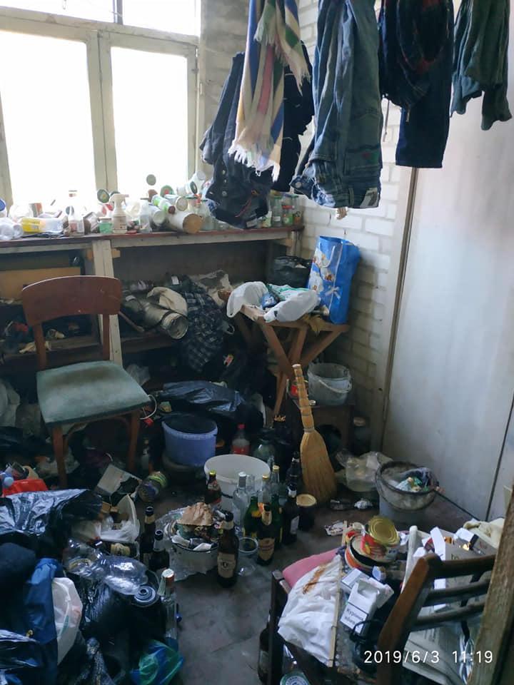 Лучанин перетворив під'їзд будинку на сміттєзвалище