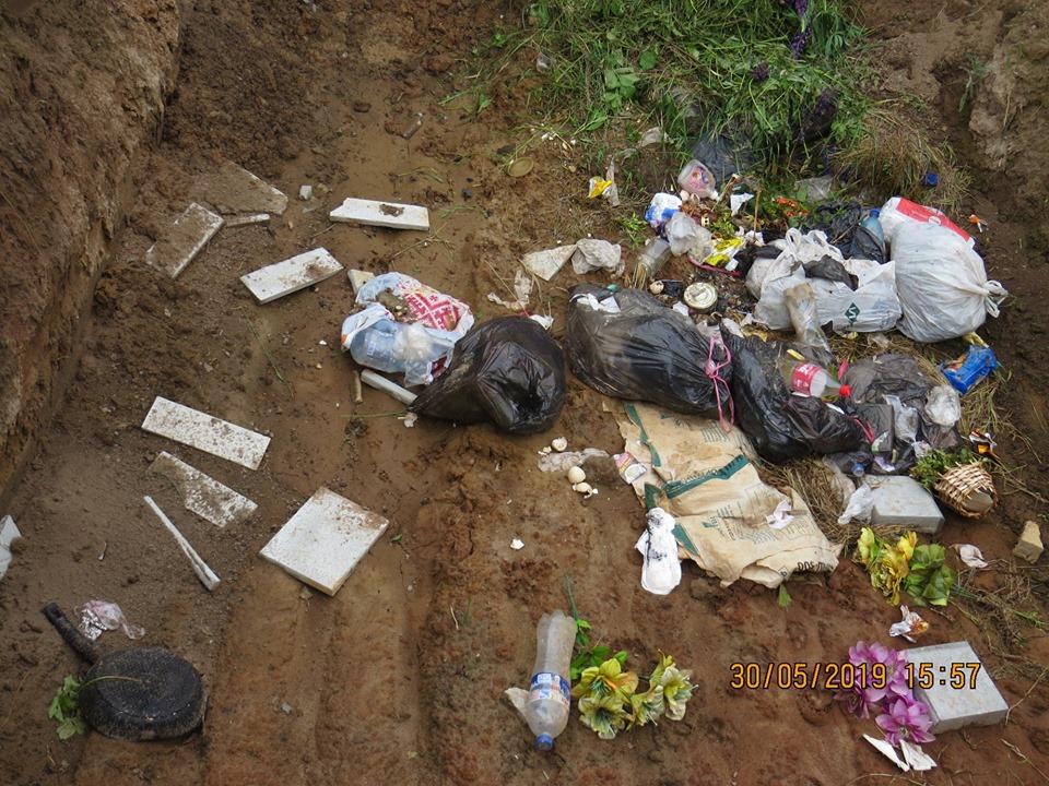 Невідомі на Волині вивозять сміття на кладовище. ФОТО