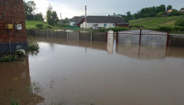 Негода на Тернопільщині перетворила сільські вулиці на бурхливі ріки. ВІДЕО
