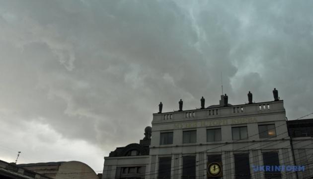 Злива у Києві затопила вулиці, повалила дерева і призупинила трамваї