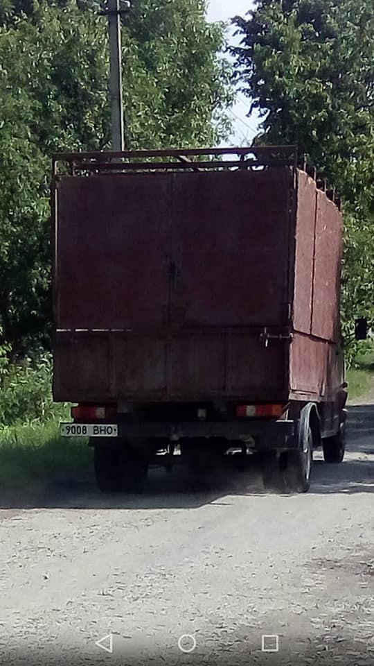 У селі на Волині з машини викинули кілька тонн нутрощів тварин