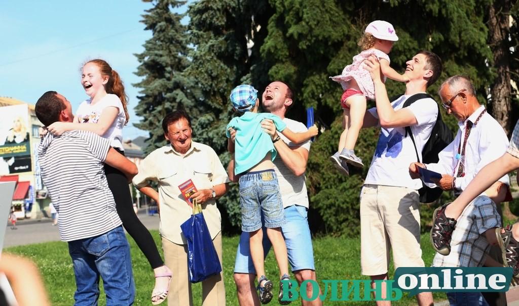 Луцькі татусі зібралися на флешмоб на Театральному майдані